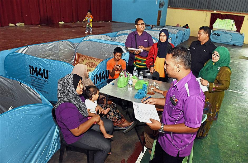 State Welfare Department officials were seen registering flood victims at relief centre in Mak Mandin, Butterworth yesterday. - Starpic by MUSTAFA AHMAD / The Star / 05 Jan 2018.