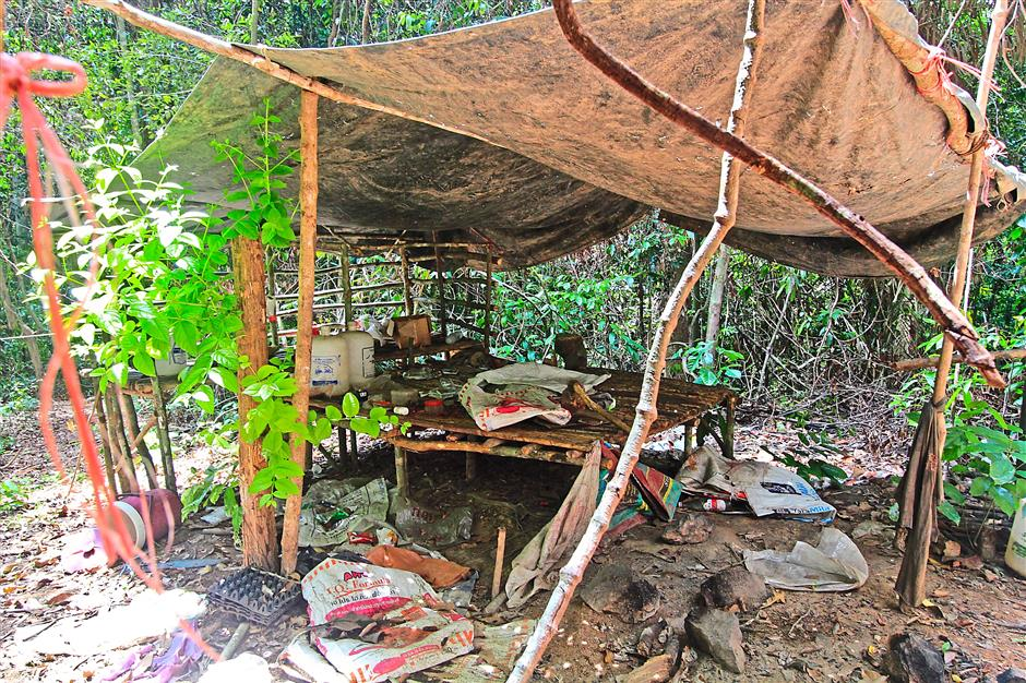epa04767157 A handout picture made available from Royal Malaysian Police shows an abandoned human trafficking camp where graves were found nearby, close to the border with Thailand at Wang Kelian, Perlis, Malaysia, 25 May 2015. Malaysian security forces discovered a total of 139 graves, most containing several sets of remains, at 28 human trafficking camps near the Thai border, the police chief said. The identifies of the victims was not yet known, whether they are Rohingyas or Bangladeshis, as exhumation works had just begun. The discovery of the mass graves comes amid international outcry over the thousands of Rohingya refugees thought to be adrift in South-East Asian waters. EPA/ROYAL MALAYSIAN POLICE/HANDOUT HANDOUT EDITORIAL USE ONLY/NO SALES