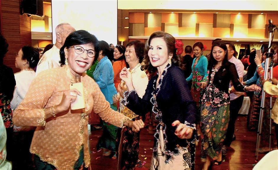 Daughter of the late Doris Chee, Vivienne (in black kebaya), was invited to make a tribute speech at the event.