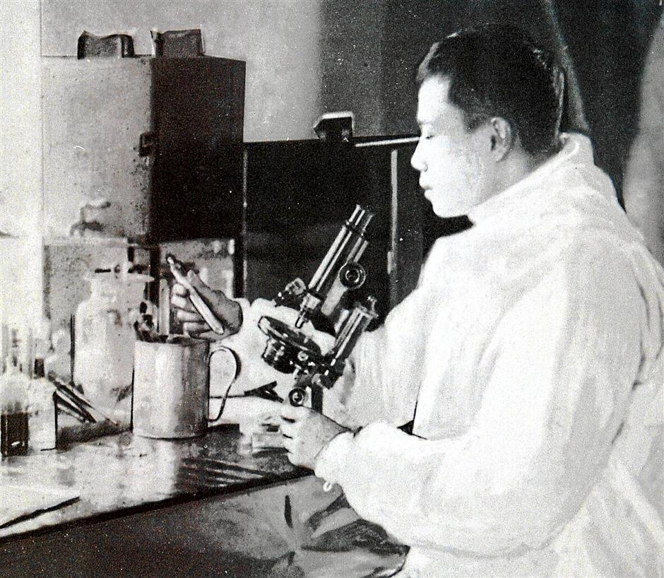 ipteh3...Dr Wu Lien-teh in his plague laboratory, Harbin, China, 1911./reproduced by lew yong kan/28-12-01/ip/foong thim leng