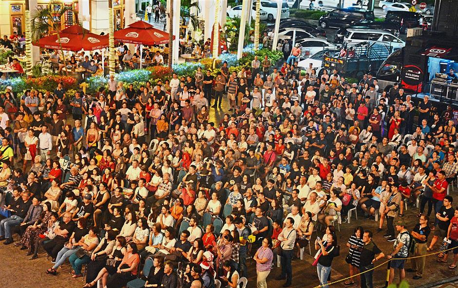 The large crowd enjoying the concert at Gurney Paragon Mall's Festive Square.