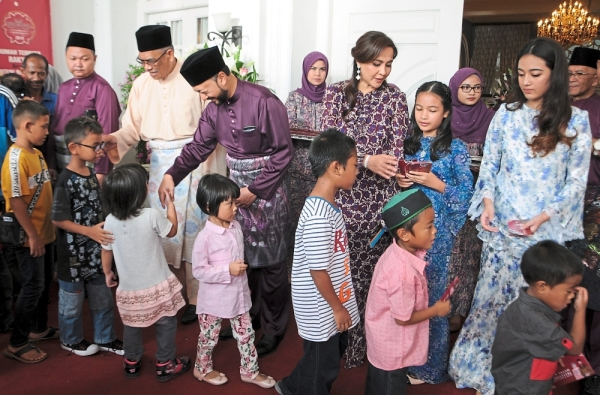 Dr Mahathir and his wife Dr Siti Hasmah greeting guests at the Hari Raya open house with Mukhriz (next to Dr Mahathir) and Norzieta (right). — Photos: G.C. TAN/The Star