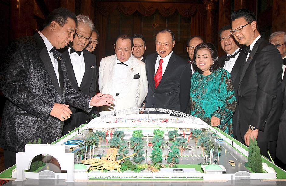 Ooi (left) showing guests the model of the Museum of Achievers. With him are, among other guests, Hamzah (second from left) and Tio (right).
