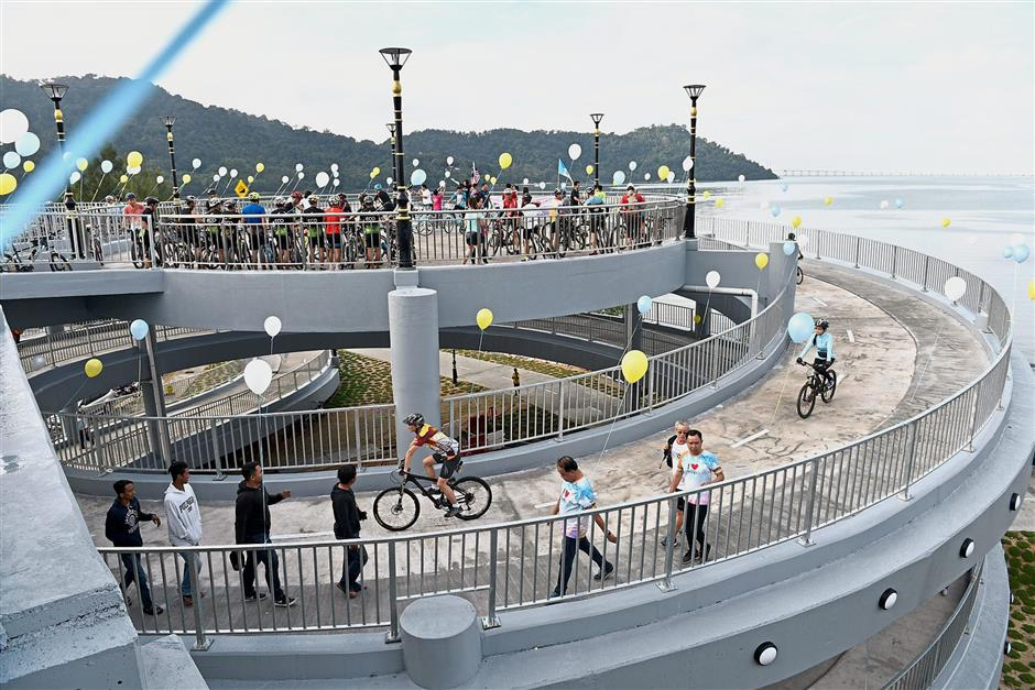 (Right) Visitors checking out Jambatan Harapan, the country's first spiral bridge for cyclists and pedestrians, near Queensbay Mall in Bayan Lepas, Penang. — Photos: GARY CHEN/The Star