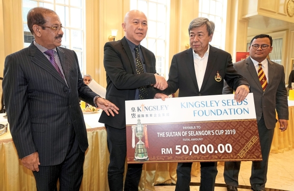 Datuk Lim Kay Keng (second from left) representing Kingsley Edu group executive director Tan Sri Barry Goh, presenting the sponsorship to Sultan Sharafuddin with Abdul Karim looking on.