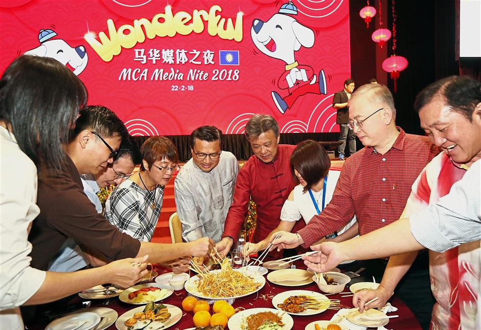 Liow (centre) tossing yee sang with Dr Wee (second from right), MCA secretary-general Datuk Seri Ong Ka Chuan (right), Wong (fourth from right) and other special guests.