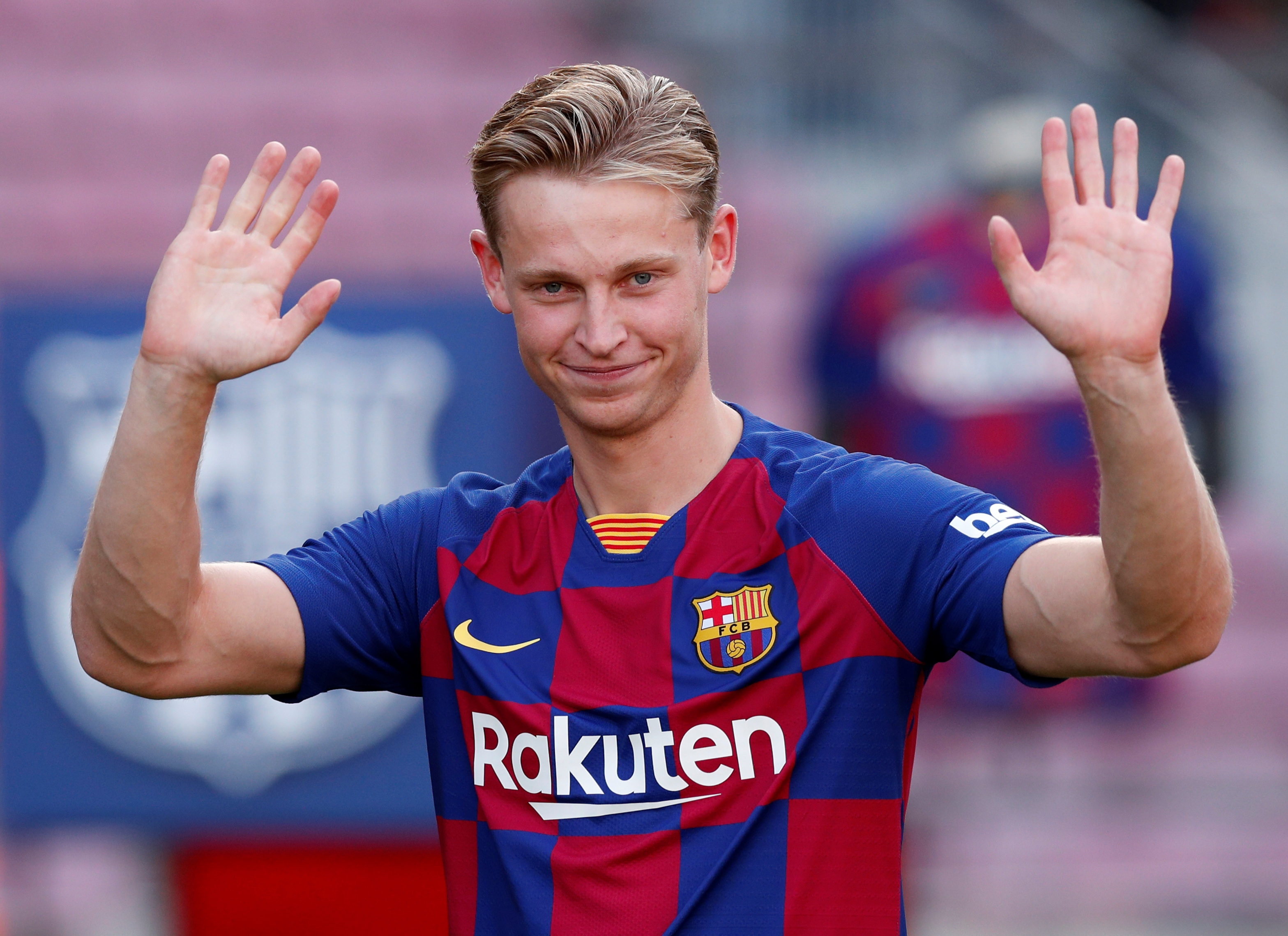 Frenkie De Jong gets frustrated with his Team Mates when he does not get the ball back