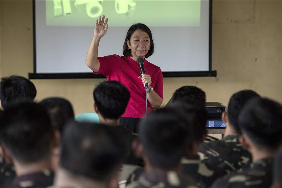 This photo taken on May 11, 2018 shows journalist Rowena Paraan speaking during a lecture about fake news in Philippine Army Camp Jaime Bitong in Baler, Aurora, north of Manila. Re-launched in 2016 by the Philippines\' top TV network ABS-CBN in response to the spike in malicious news that accompanied the rise of President Rodrigo Duterte, the training aims to be a bulwark against falsehood. / AFP PHOTO / NOEL CELIS / TO GO WITH: Philippines-internet-media-social, FOCUS by Cecil MORELLA