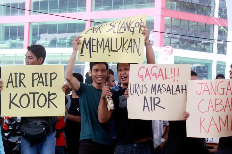 Protest by Gerakan Pengguna Air Bersih Selangor along Jalan Desa Aman 1 in Cheras to highlight that Selangor goverment and Syarikat Air Bersih Selangor are responsible for worsening quality of water supply in Cheras. Photo: INTAN SYUHADA/THE STAR.
