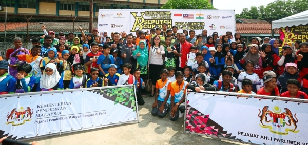 Kok (centre in white) with participants, PTA members, and organising committee members at the YB Seputeh Cup 2019 International Archery championship.