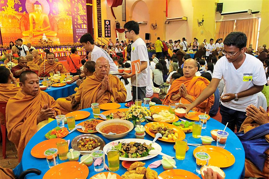 Monks having their meal during the 25th Annual National Maha Sanghikadana at Penang Chinese Town Hall. Star pic by LIM BENG TATT / The Star / 19 July 2015.