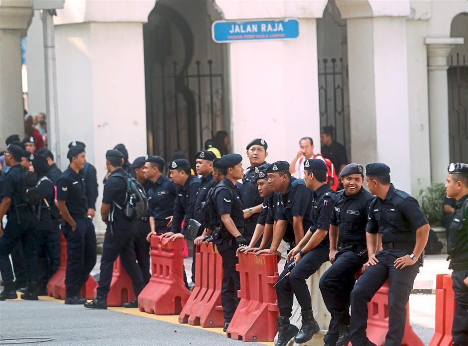 Calm presence: Police monitoring the situation in Jalan Raja near Dataran Merdeka. — KAMARUL ARIFFIN / The Star