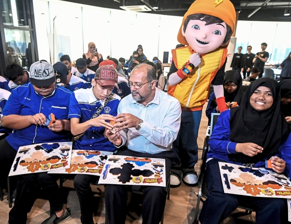 Shaping the future: Gobind (third from left) getting a helping hand to put the final touches on a 3D toy after opening the Kre8tif! @Schools programme. u2014 Bernama