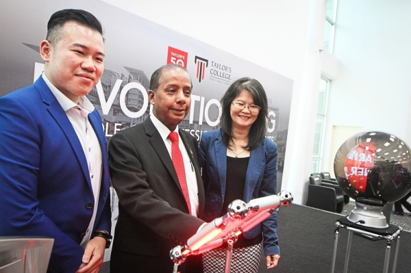 Kulasegaran (centre) launching the Taylor's College forum on Professional Qualification, witnessed by Tan (right) and Taylor's College head of school (Professional Studies) Jason Lo.