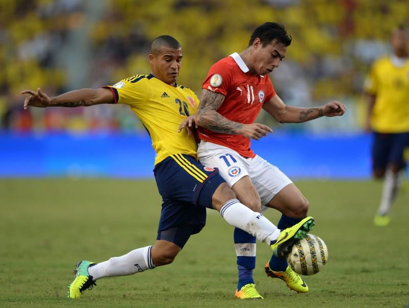 Colombia's midfielder Macnelly Torres (L) and Chile's forward Eduardo Vargas vie during their Brazil 2014 FIFA World Cup South American qualifier match. -AFP