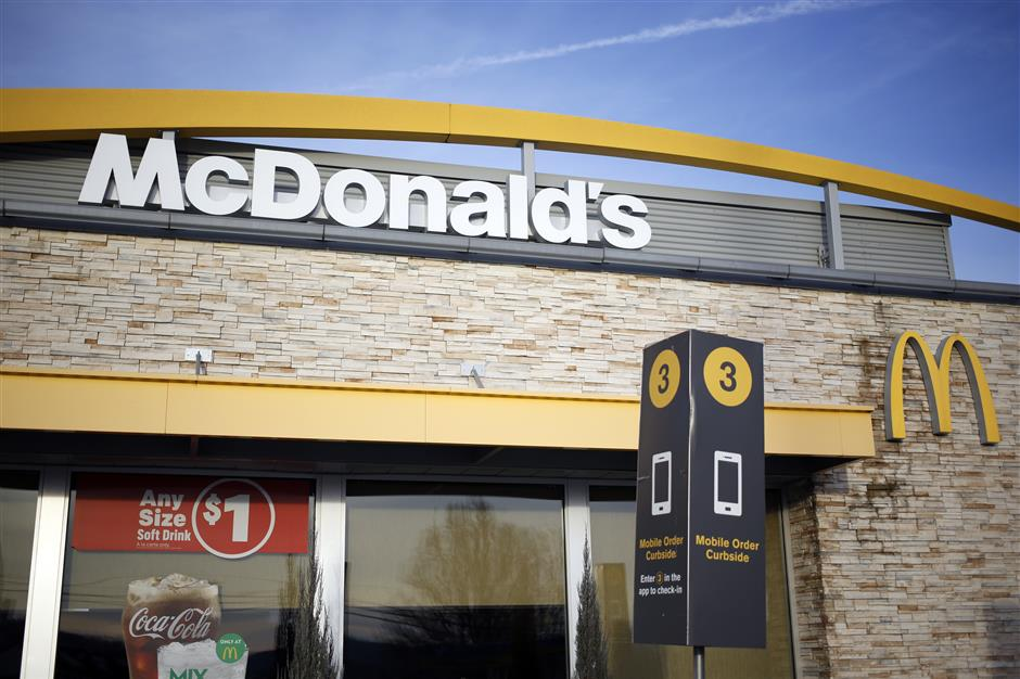 A Mobile Order Curbside sign is displayed outside of a McDonald\'s Corp. fast food restaurant in Carrolton, Kentucky, U.S., on Monday, Jan. 21, 2019. McDonald\'s is scheduled to release earnings figures on January 30. Photographer: Luke Sharrett/Bloomberg