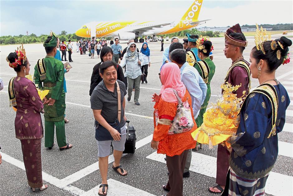 KUANTAN, 2 Feb -- Pelancong Singapura tiba dengan penerbangan sulung pesawat milik syarikat penerbangan tambang murah Singapura, Scoot dari Singapura terus ke Kuantan di Lapangan Terbang Sultan Haji Ahmad Shah, hari ini.-- fotoBERNAMA (2018) HAK CIPTA TERPELIHARA