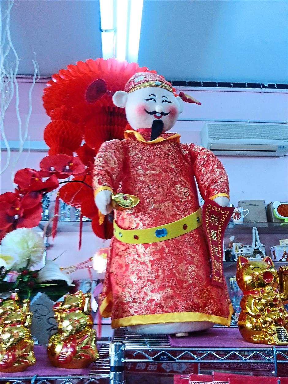 Beautiful tune: A God of Prosperity that can sing phrases of Chinese New Year songs.