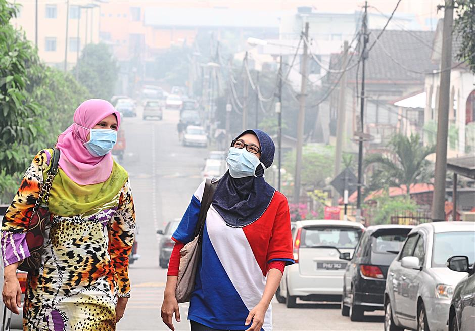Many have opted to put on masks to protect themselves from haze, as seen here in Sungai Way at 12noon.