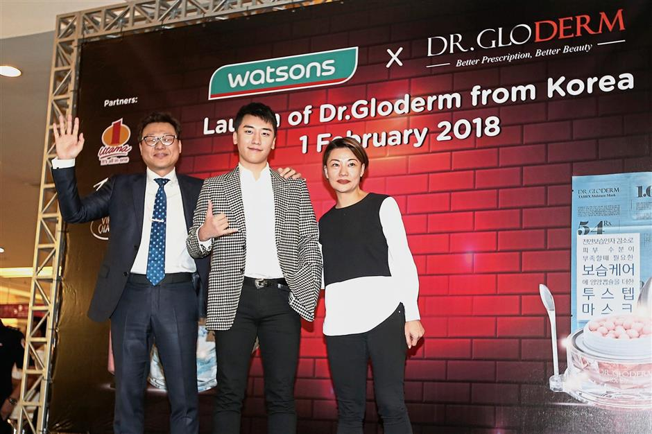(From left) Dr Park, Seungri and Cheah at the event.