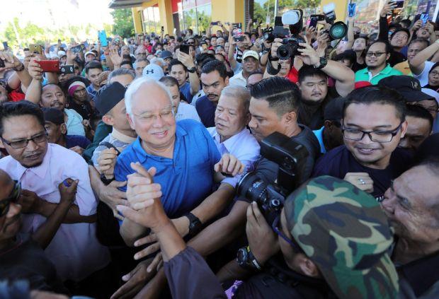 Bossku Najib pressing flesh in Sandakan