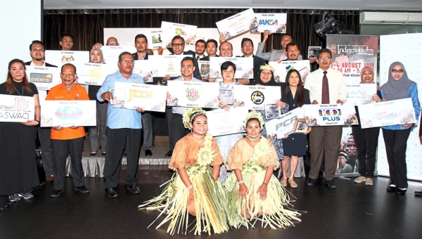 Selangor culture, tourism, Malay customs and heritage  committee chairman Datuk Abdul Rashid Asari (middle row, fourth from left) with SIIAF 2019 sponsors at its launch in Shah Alam.