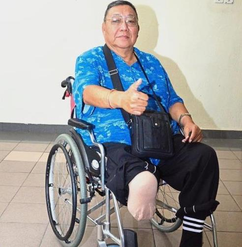 Loh giving the campaign the thumbs up after receiving his new wheelchair sponsored by Eden Social Welfare Foundation Taiwan.