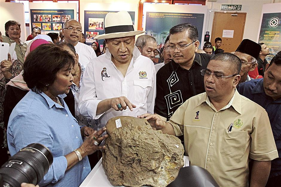 iplbones150214 11...(From left) Heritage Commissioner Prof Emeritus Datin Paduka Zuraina Majid explaining to Tourism and Culture Minister Datuk Seri Nazri Aziz, Lenggong MP Datuk Shamsul Anuar Nasarah and Kota Tampang assemblyman Datuk Saarani Mohamad the significance of one of the exhibits on display at the Lenggong Valley Archaeological Gallery on Feb 15.