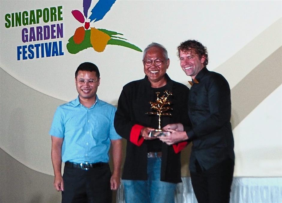 Lim (middle) receiving the award for 'Best of Show' at the prestigious Singapore Garden Festival 2018.
