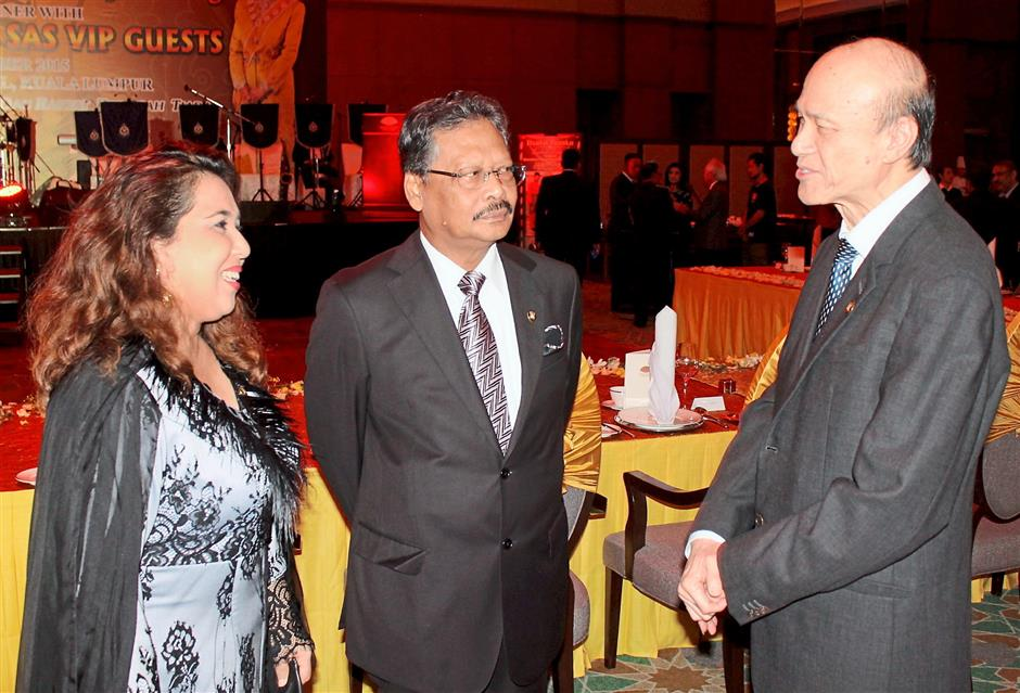 Lee (right) exchanging greetings with Mohamed Apandi and his wife Puan Sri Faridah Begum.