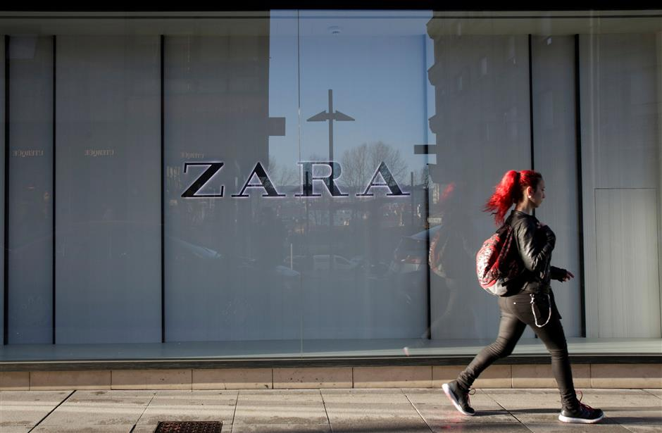 FILE PHOTO: A woman walks past the window of a store of Inditex\'s main brand Zara in Pontevedra, Spain March 15, 2017.  REUTERS/Miguel Vidal/File Photo                        GLOBAL BUSINESS WEEK AHEAD