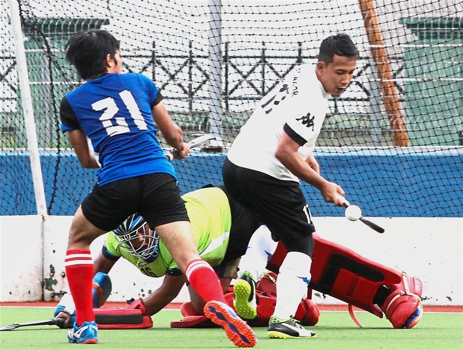 Selangors Helmi Sazrin Tamami (right) and MBIs Muhamad Sheimyrul Azreel Sabrun Zubir react to a saved shot during their match.