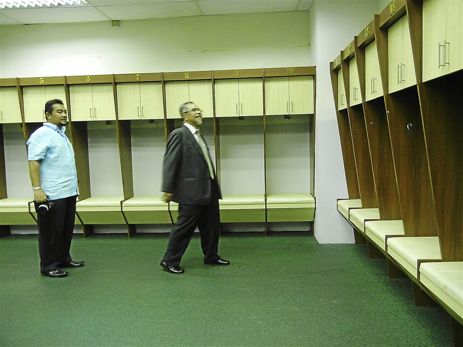 Shah Alam mayor Datuk Mohd Jaafar Mohd Atan (right) visiting the players' changing room. (The Shah Alam City Council (MBSA) will be closing the Shah Alam Stadium for three months from Dec 1 2013 till March 1, 2014 for upgrading works.)