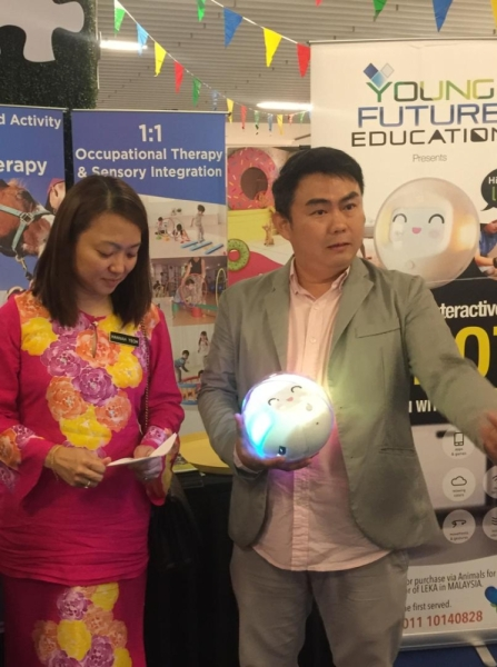 Deputy Women, Family and Community Development Minister Hannah Yeoh (left) and Khew at the Leka booth in Sunway Putra Mall, Kuala Lumpur.