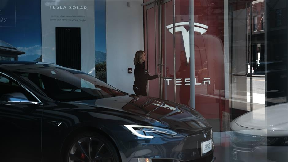 NEW YORK, NY - APRIL 04: Tesla vehicles are displayed in a showroom in Manhattan on April 04, 2019 in New York City. Tesla announced a first quarter 31% drop in vehicles that were delivered to customers compared to the prior quarter. The news caused the stock to drop approximately 8%.   Spencer Platt/Getty Images/AFP == FOR NEWSPAPERS, INTERNET, TELCOS & TELEVISION USE ONLY ==