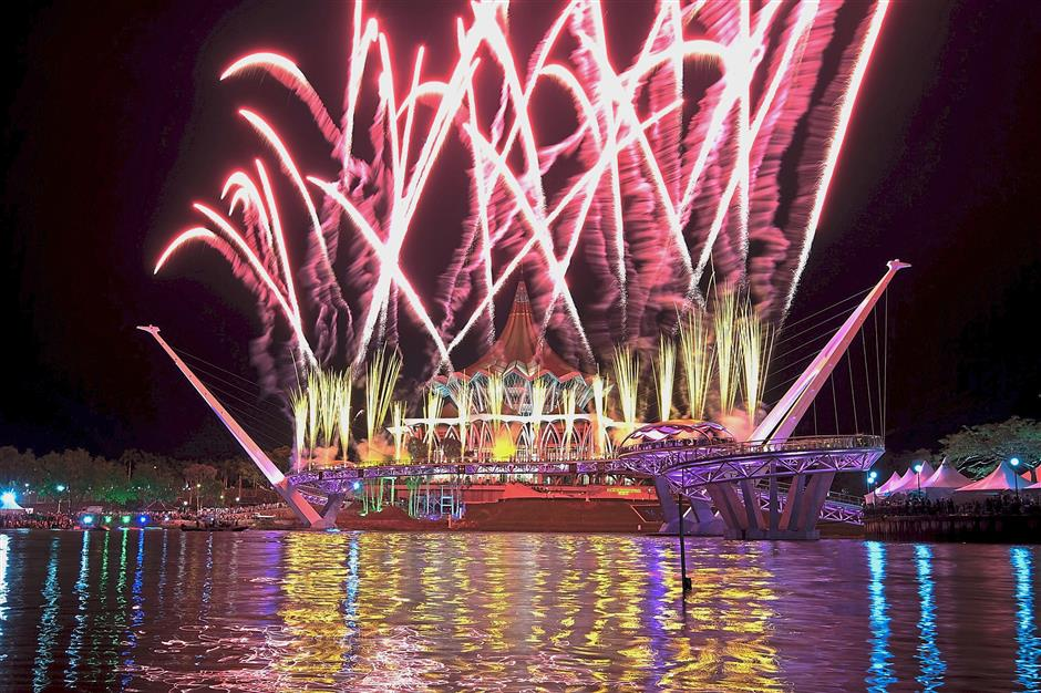 KUCHING, 11 Nov -- Percikan bunga api menerangi Jambatan Jubli Emas pada upacara perasmian yang disempurnakan oleh Yang Dipertua Negeri Sarawak Tun Abdul Taib Mahmud di Tebingan Sungai Kuching malam ini.--fotoBERNAMA (2017) HAK CIPTA TERPELIHARA
