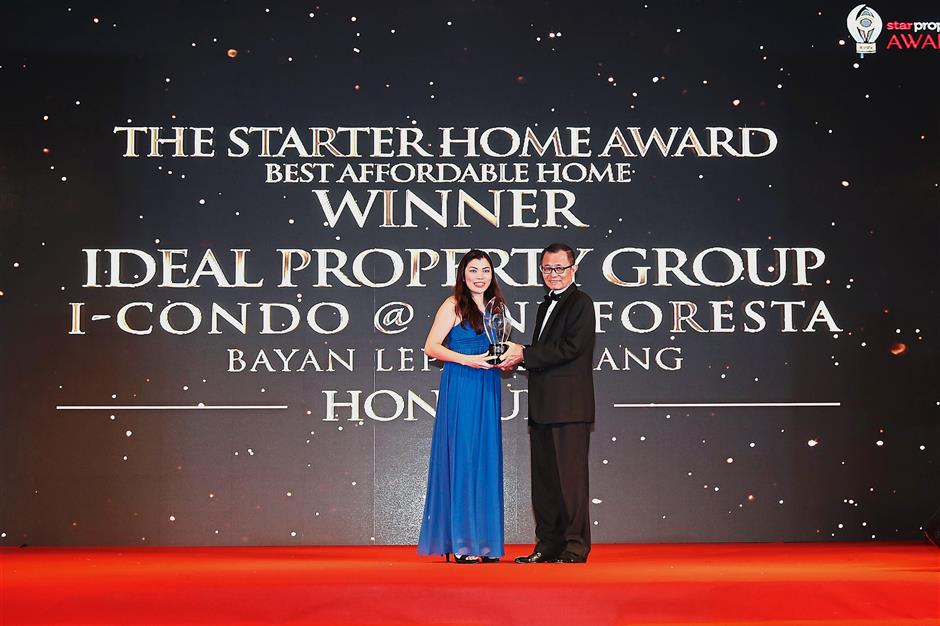 Ideal honours: Fu presenting The Starter Home Honours Award to Ideal Property Group senior strategic design manager Cheong Lai Yong.