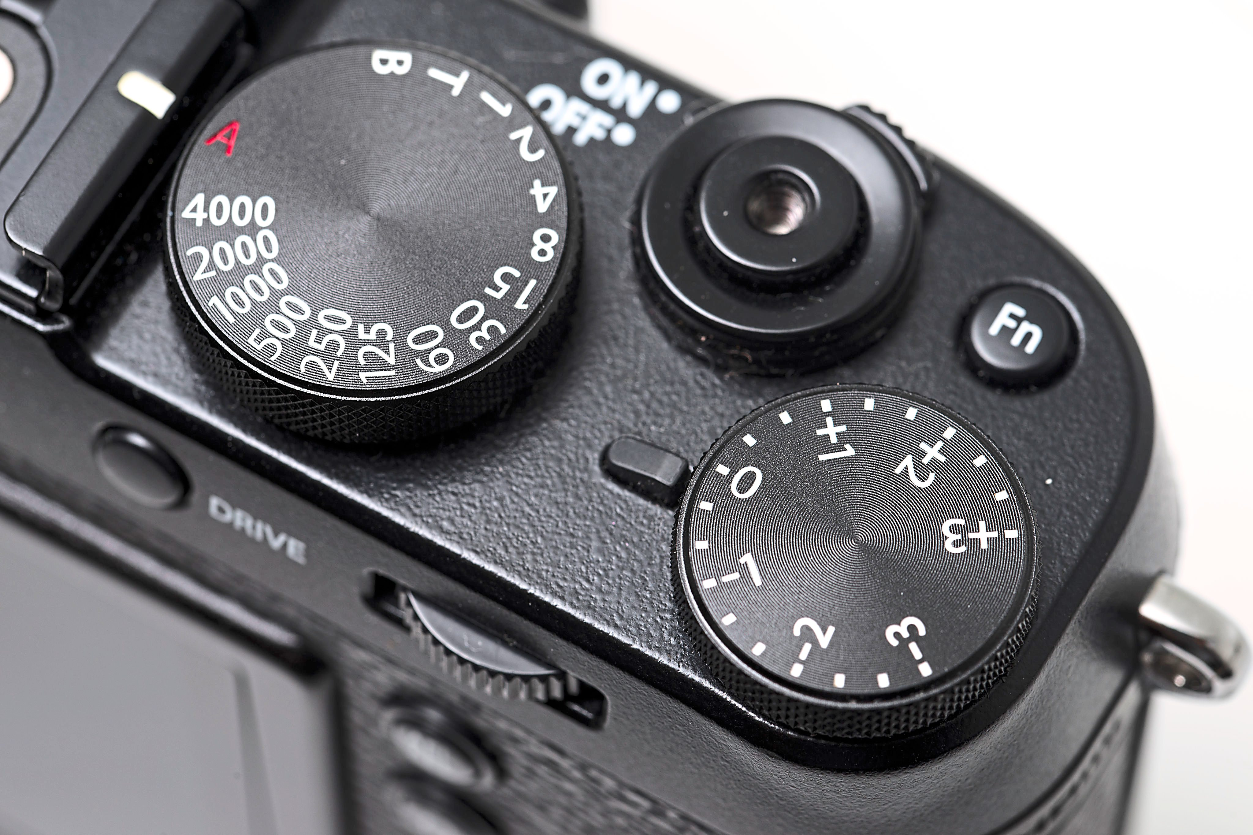 The top plate of the camera has a very simple and easy to understand layout.