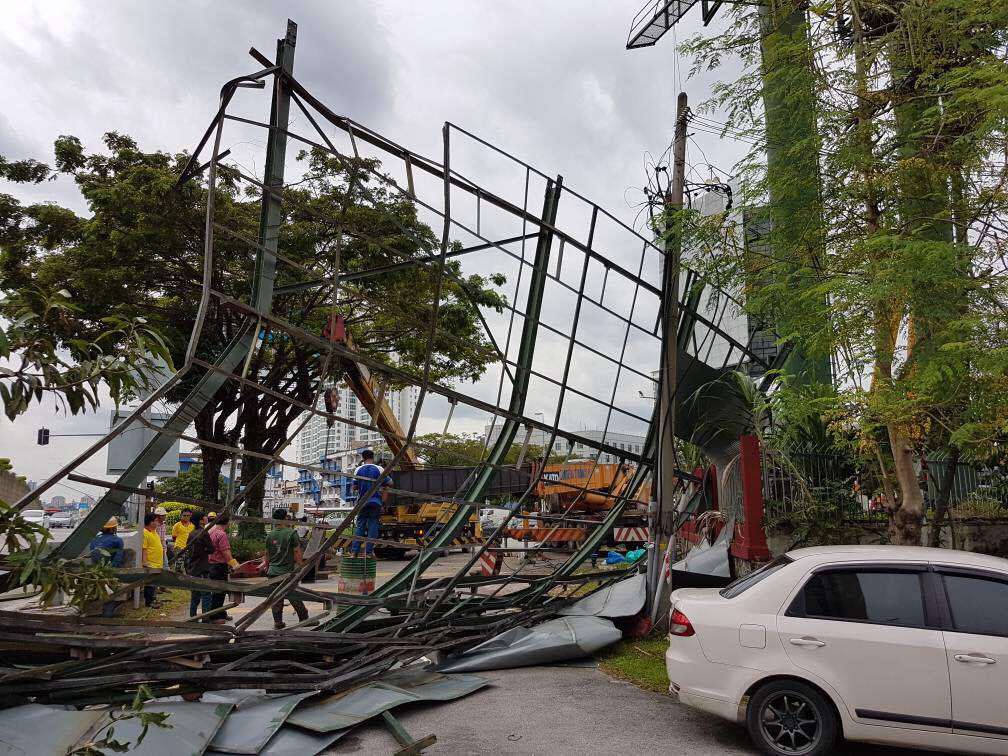 While the old structure was being removed, the crane arm broke and the billboard collapsed.
