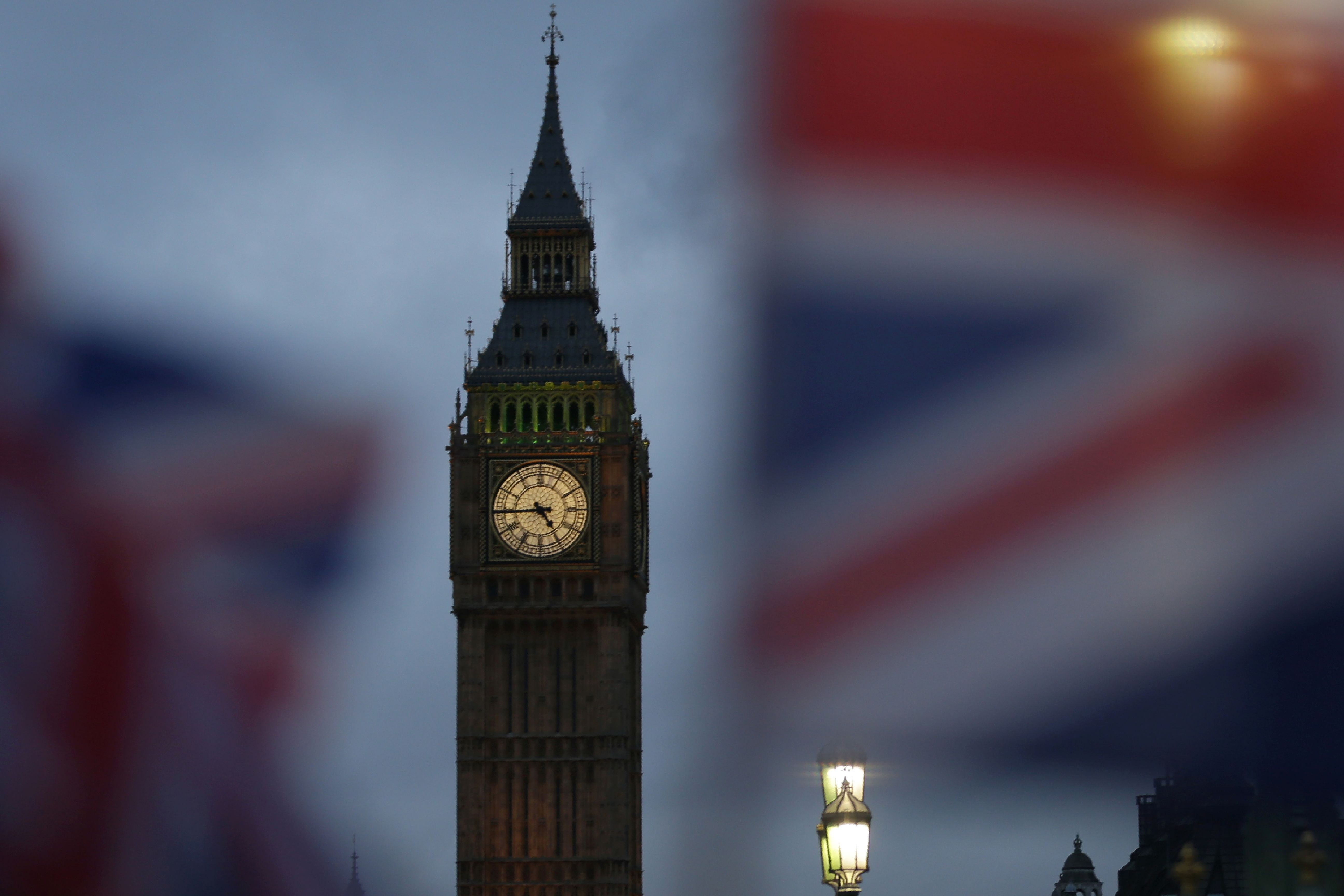 Union flags fly near the The Elizabeth Tower, commonly known Big Ben, and the Houses of Parliament in London on February 1, 2017. British MPs are expected Wednesday to approve the first stage of a bill empowering Prime Minister Theresa May to start pulling Britain out of the European Union. Ahead of the vote, which was scheduled to take place at 7:00 pm (1900 GMT), MPs were debating the legislation which would allow the government to trigger Article 50 of the EU\'s Lisbon Treaty, formally beginning two years of exit negotiations. / AFP PHOTO / Daniel LEAL-OLIVAS