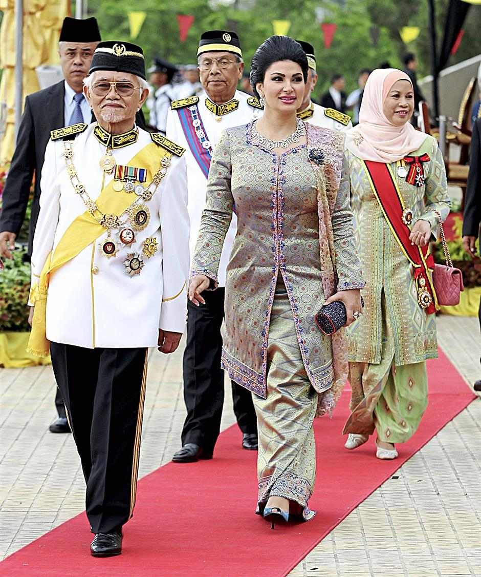 Ready for event: Taib and Ragad arriving at State Legislative Assembly Complex, accompanied by Adenan and Jamilah.