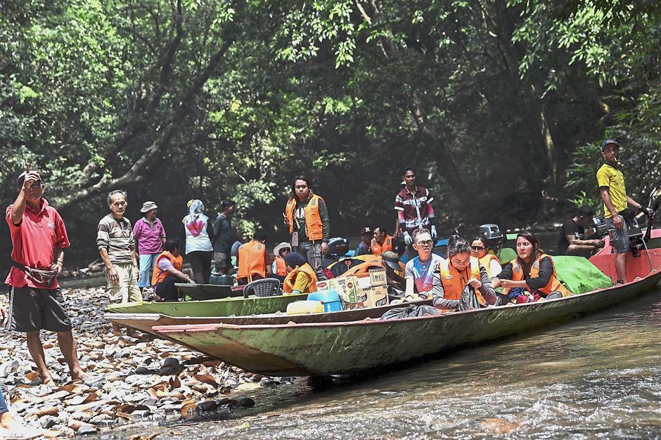 JULAU, 21 Ogos -- Para sukarelawan yang membawa bekalan ubat-ubatan berhenti rehat seketika sebelum meneruskan perjalanan yang mengambil masa lima jam dengan menaiki perahu panjang.Perkhidmatan kesihatan yang dilaksanakan tersebut merupakan satu daripada tiga misi Tanggungjawab Sosial Korporat (CSR) UMW Corporation Sdn Bhd (UMW) dengan bantuan Persatuan Bantuan Perubatan Malaysia (Mercy Malaysia) di Sarawak tahun ini.--fotoBERNAMA (2018) HAK CIPTA TERPELIHARA