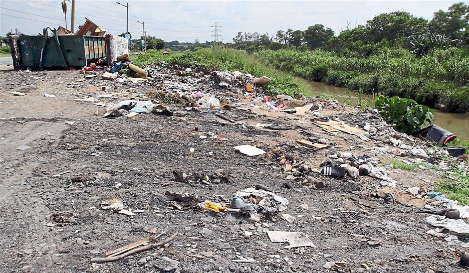 Unsightly: This stretch of road along Sungai Pinji in Taman Desa Pakatan, Ipoh, is a hot spot among litterbugs.