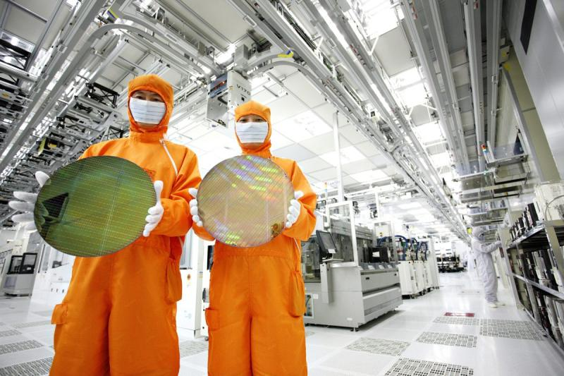 Workers of Hynix Semiconductor pose at a plant of the company in Icheon, about 80km southeast of Seoul. The world\'s second largest memory chipmaker said net profit in the January-March period totalled 802.2 billion won (US$771.7mil), compared to 178.7 billion.