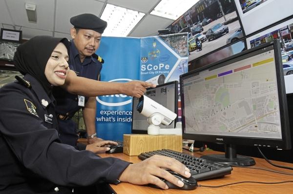 MPSP enforcement assistant Nor Faezah Abdul Rahman (left) and Mohd Najib Mohd Saad using the Smart City of Penang (SCoPE) system at Menara MPSP in Bandar Perda, Bukit Mertajam. — Photos: CHAN BOON KAI/The Star