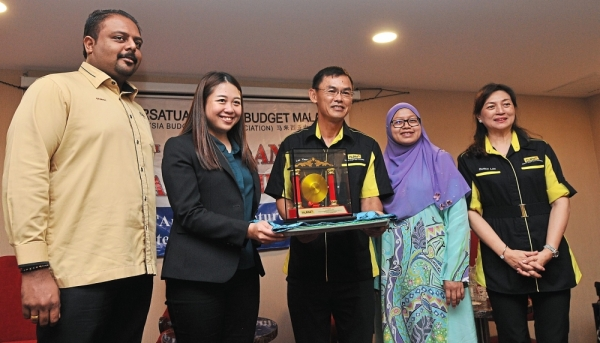 Lee (middle) presenting a token of appreciation to Liow (second from left). Looking on is Malaysia Budget Hotel Association (MyBHA) deputy secretary Dr Sri Ganesh Michiel (left), Johor Tourism director Zihan Ismail (second from right) and Johor chapter MyBHA secretary Datin Eunice Lee (right).