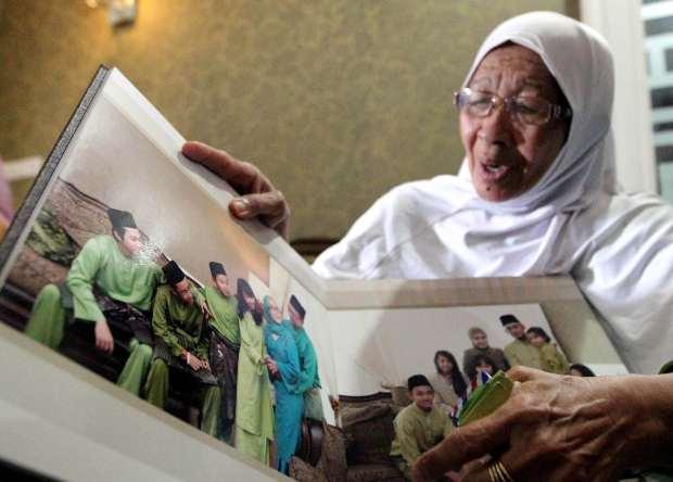 Heart-wrenching: Jamillah, 72, looking at her daughteru2019s family photos at her home in Samariang, Kuching. u2014 ZULAZHAR SHEBLEE / The Star