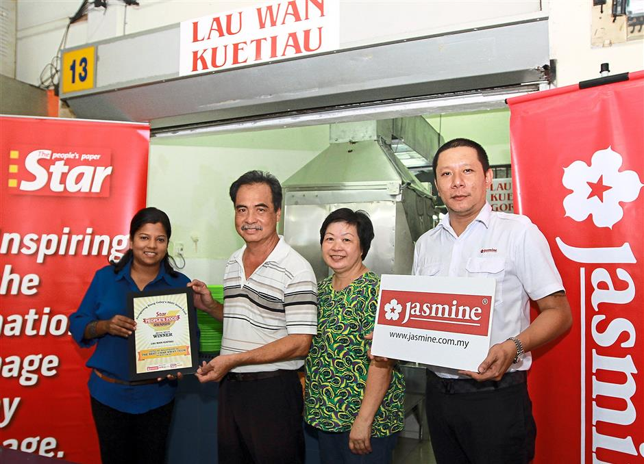 Proud winner: (From left) StarMetro representative Aida Ahmad, Lau, his wife Lee Swee Choo and Chew at the prize-presentation ceremony for The Star People's Food Awards for the Best Char Koay Teow category.