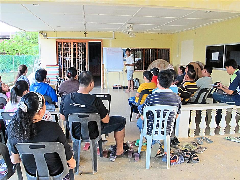 Wild Asia Group Scheme (Wags) field coordinator Dean Ismail conducting a discussion with Wags members at a member's home.