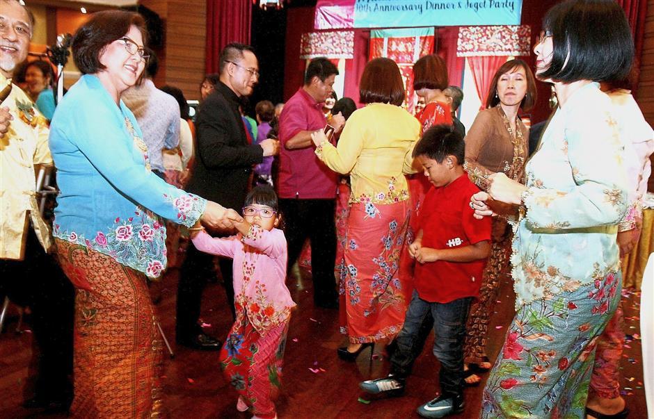 Both young and young at heart danced the night away at the10th Anniversary Dinner and Joget Party.by the Persatuan Peranakan Baba Nyonya Kuala Lumpur & Selangor (PPBNKLS) and was held at Royal Lake Club at Lake Gardens, Kuala Lumpur.